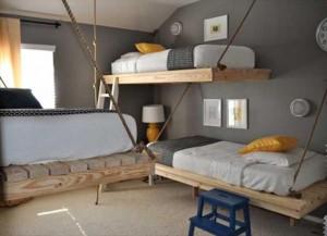Łóżka piętrowe w stylu żeglarskim.